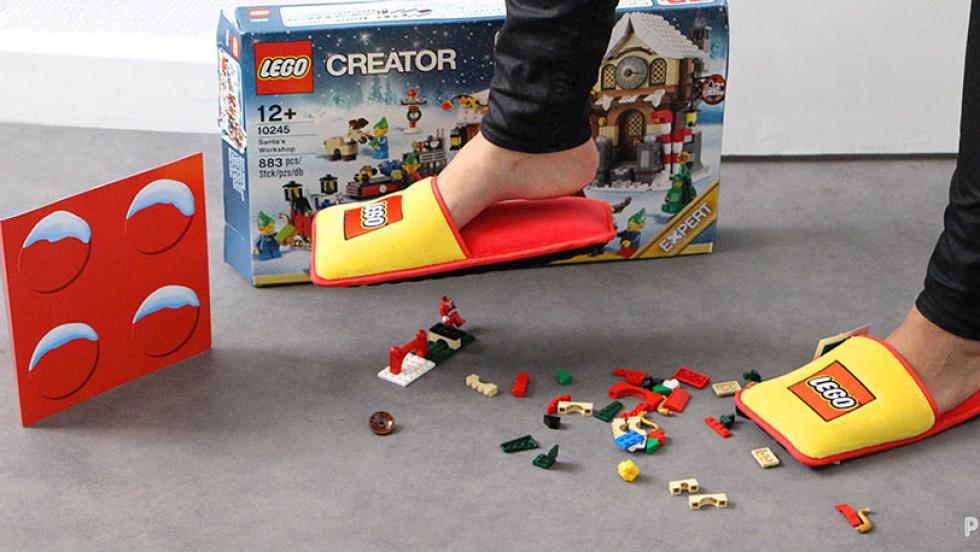 Koniec z bólem podczas zabawy Lego. Marka stworzyła kapcie, które ochronią każdą rodzicielską stopę