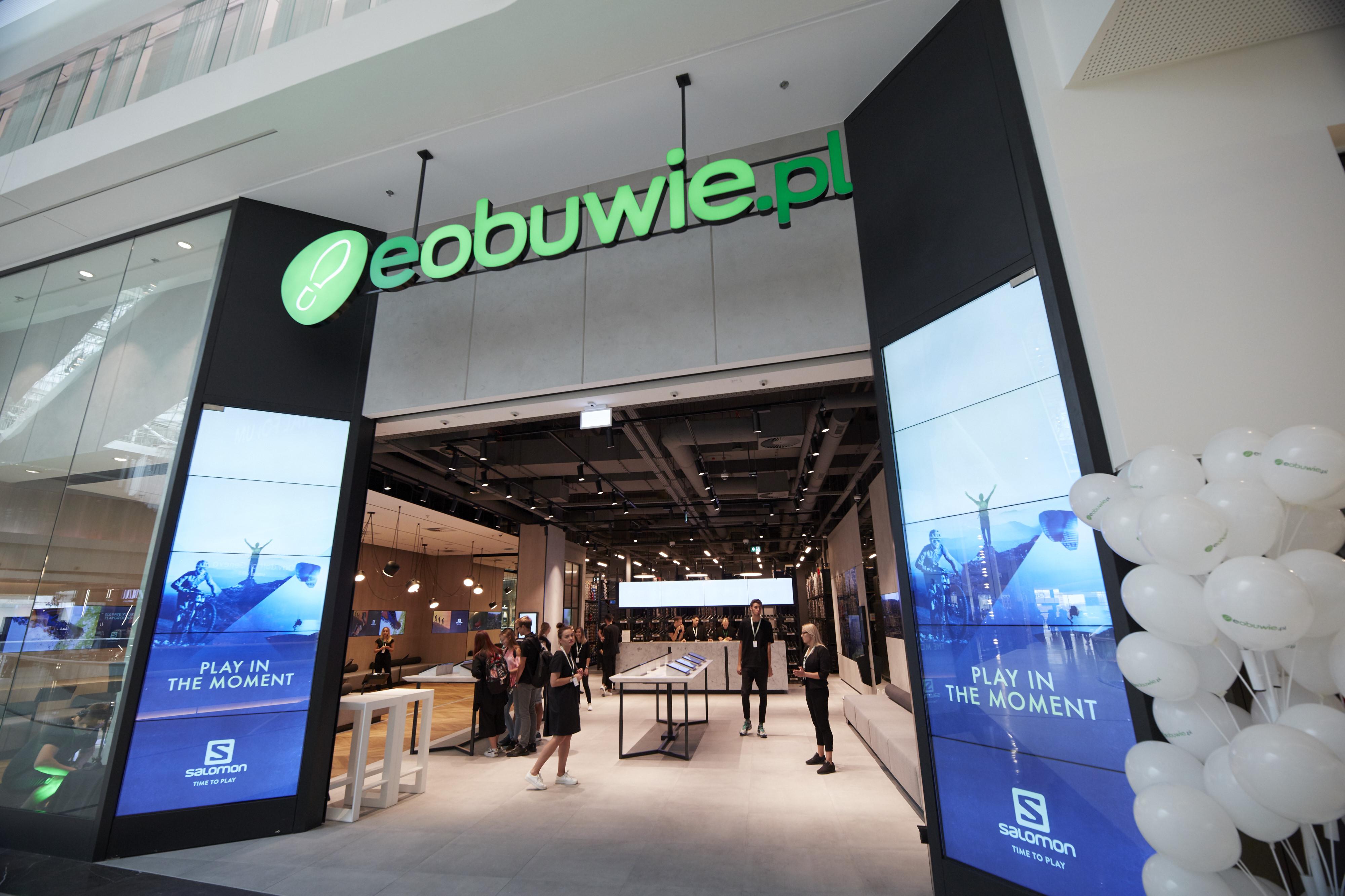 1031414c6eed6 eobuwie.pl otworzyło w Poznaniu interaktywny sklep bez towaru na półkach -  NowyMarketing