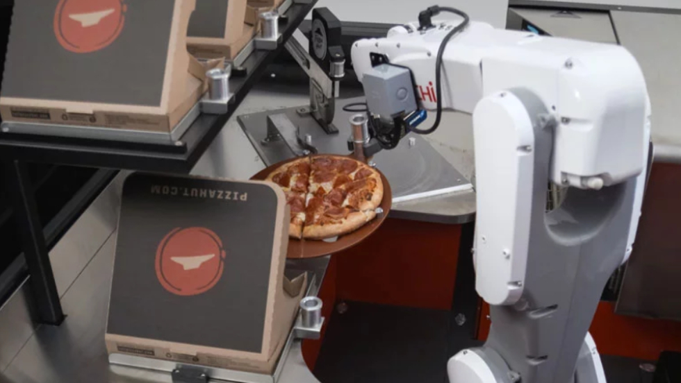 Pizza Hut em cooperação com a Toyota criou uma fábrica de pizza móvel