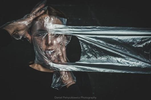 #NoBeautyInPlastic – polski fotograf zwraca uwagę na problem rosnącego zużycia plastiku za pomocą prowokujących fotografii